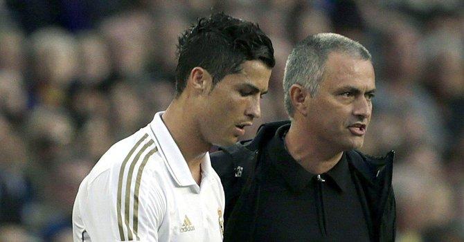 El portugués Cristiano Ronaldo (izq.) está enfrascado en una polémica con su compatriota y ex técnico en el Real Madrid José Mourinho (der.).