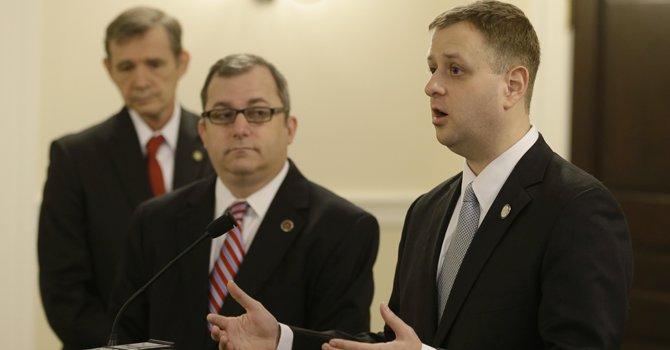 El senador estatal de Virginia Adam Ebbin, al centro, y el delegado estatal Patrick Hope son dos de los siete que se enfrentan en las primarias por el distrito 8, en reemplazo del veterano Jim Moran.