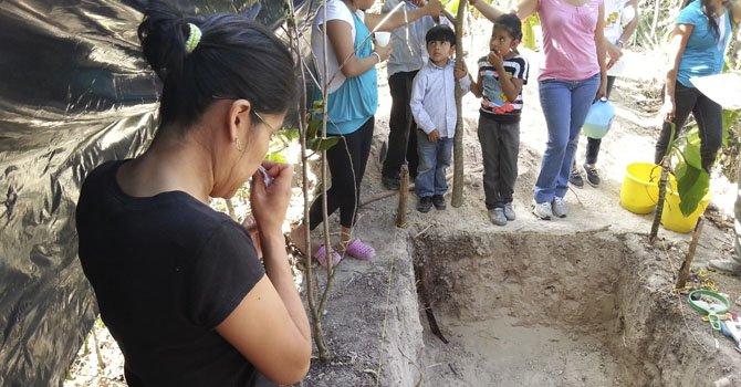 """La exhumación de los cadáveres que podrían ser de María Silveria Rochac y su hijo Sergio Antonio, después de más de 32 años de haber sido asesinados en un operativo militar, durante la guerra civil salvadoreña (1980-1992) en el Cantón San José Segundo"""", en San Martín."""