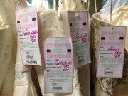 Los vestidos de diseñadores se venden a precios de remate.