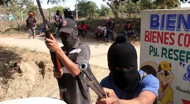 Habitantes de la comunidad de Teconoapa, en el estado mexicano de Guerrero, que colaboran con la labor de vigilancia en uno de los accesos de su población el 10 de enero.