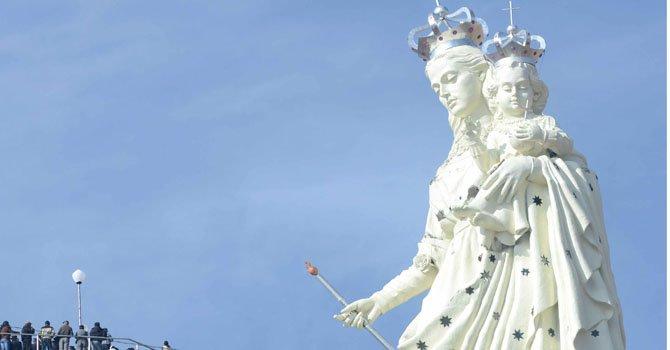 Una monumental estatua de la Virgen María, de 45 metros de altura y 1.500 toneladas de peso, que es la mayor escultura religiosa de Suramérica, fue presentada el viernes 1 de febrero en Oruro, Bolivia.