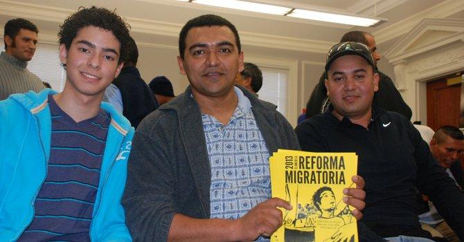 Daniel Niño (izq.) y Alejandro Díaz (centro) junto a varioas trabajadores, estudiantes y activistas en CASA de Maryland, el martes 29 de enero.