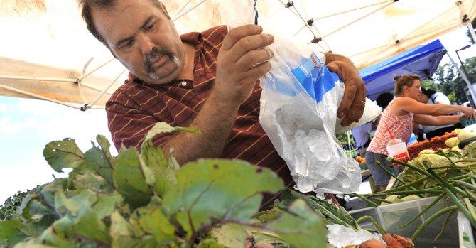 La campaña Buy Fresh Buy Local de Inova promueve la compra de alimentos saludables en los mercados de agricultores del Norte de Virginia.