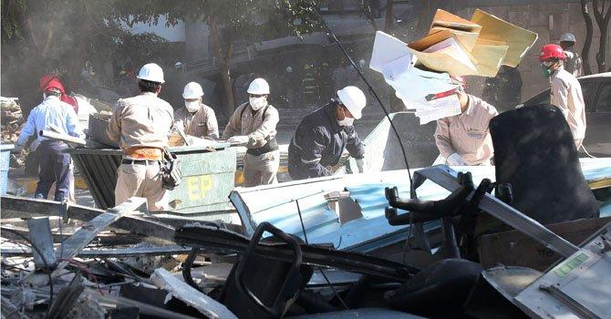Trabajadores remueven escombros en el sitio de la explosión en la sede de la paraestatal Petróleos Mexicanos (Pemex) hoy, viernes 1 de febrero.