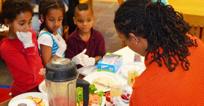 La nutricionista Dawn Griffith-Molina sirve alimentos en un reciente taller de FACE, el 17 de enero en Alexandria, Virginia.