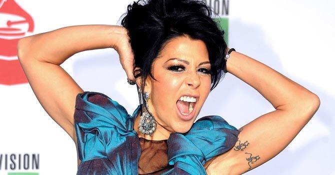 """Al parecer el disco """"Sexy"""", una recopilación de los éxitos de Alejandra Guzmán no debía estar en la calle."""