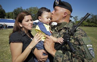 El soldado Alejandro González saluda a su familia antes de partir a Afganistán.