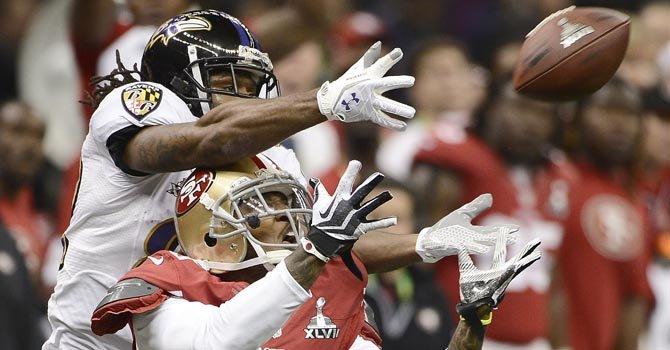 Torrey Smith (arriba) de los Ravens de Baltimore pelea el balón con Chris Culliver, de los 49ers, el domingo 3, en Nueva Orleans.