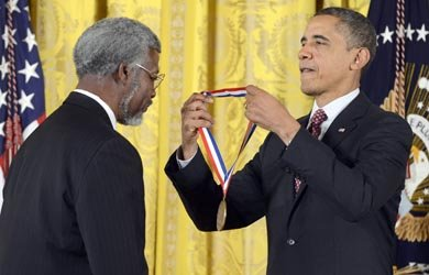 El doctor Sylvester James Gates recibió la National Medal of Science de manos de Barack Obama, el viernes 1.