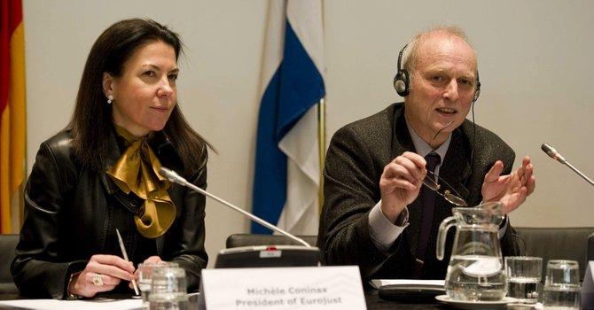 El inspector jefe de la policía alemana Friedhelm Althans (der.) y la presidenta de Eurojust, Michele Coninsx  ofrecen una rueda de prensa en La Haya, Holanda, el lunes 4 de febrero.
