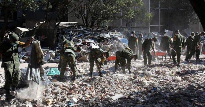 Militares continúan con la búsqueda de cuerpos el domingo 3 de febrero en los escombros del edificio de Petróleos Mexicanos (Pemex), en Ciudad de México, donde se registró una explosión el jueves 31 de enero.