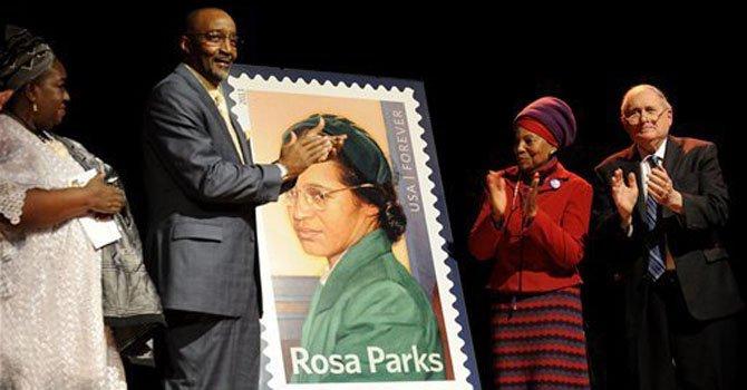 La estampilla conmemorativa por el centenario del natalicio de Rosa Parks en el museo Henry Ford en Dearborn, Michigan, el 4 de febrero en el que hubiera sido el centésimo cumpleaños de la mujer ícono en la lucha por el respeto a los derechos civiles.