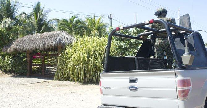 Agentes mexicanos resguardan el sitio donde ciudadanas españolas fueron violadas por varios desconocidos armados en la periferia de la ciudad de Acapulco el lunes 4 de febrero.