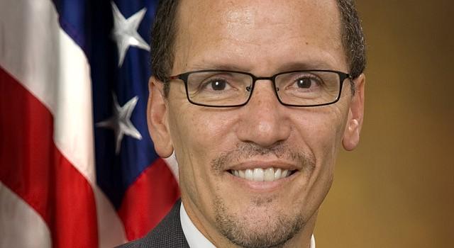 El actual fiscal adjunto de la nación, Tom Pérez es hijo de dominicanos, vive en Maryland, en donde sirvió como Secretario de Trabajo.