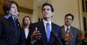 El líder de la mayoría republicana en la Cámara de Representantes de EE.UU., Eric Cantor (centro).