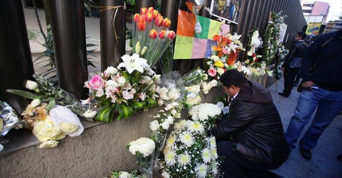 - Empleados de Petróleos Mexicanos (PEMEX) colocan flores en el enrejado durante su regreso al edificio de la compañía el miércoles 6 de febrero.