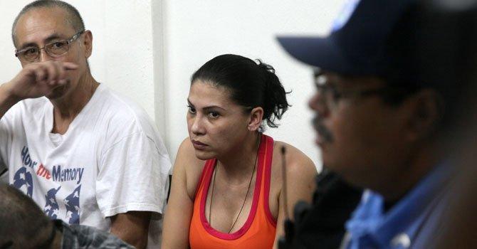 La mexicana Raquel Alatorre Correa (centro), identificada como la supuesta líder del grupo de 18 falsos periodistas de Televisa detenidos con $9.2 millones, asiste a una audiencia en los juzgados en Managua.