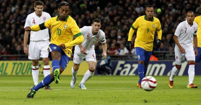 El jugador brasileño Ronaldinho (2-i) patea un tiro penal ante Inglaterra el miércoles 6 de febrero , durante un partido amistoso en el estadio Wembley de Londres.