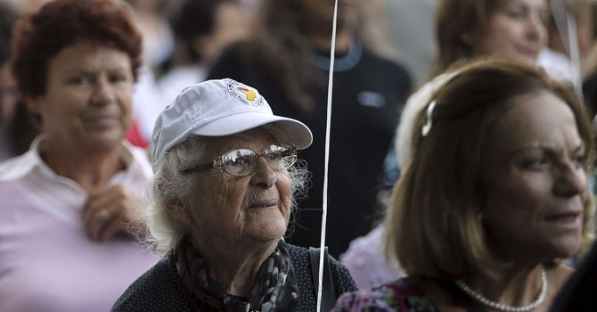 Personas que sufren de alzheimer en una marcha simbólica.