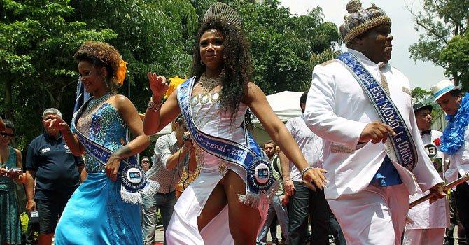 El Rey Momo (der.), personaje tradicional que encarna el carnaval, inaugura oficialmente los cinco días de fiesta el viernes 8 de febrero en Río de Janeiro, Brasil.