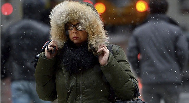 Una mujer se protege de la lluvia en Nueva York el viernes 8 de febrero.