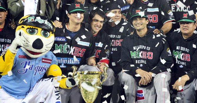 Los jugadores de México celebran el triunfo del equipo 4-3 ante Leones del Escogido de República Dominicana el viernes 8 de febrero  durante la final de la Serie del Caribe  en el estadio Sonora de Hermosillo, México.