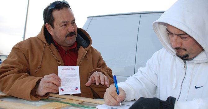 RECLUTA. El republicano Tito Muñoz (izq.) inscribe a William Valle como delegado para la Convención Estatal.