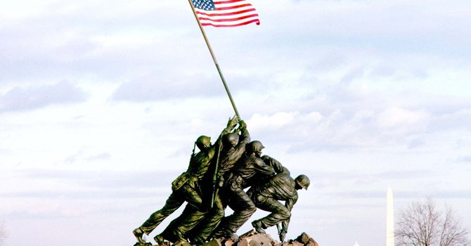 Este es el monumento de 32 pies (10 metros) en el Marine Corps Memorial en Arlington, que los turistas conocen. Pero la escultura original de 12,5 pies (3,8 metros), que se encuentra en Nueva York, es la que será subastada.