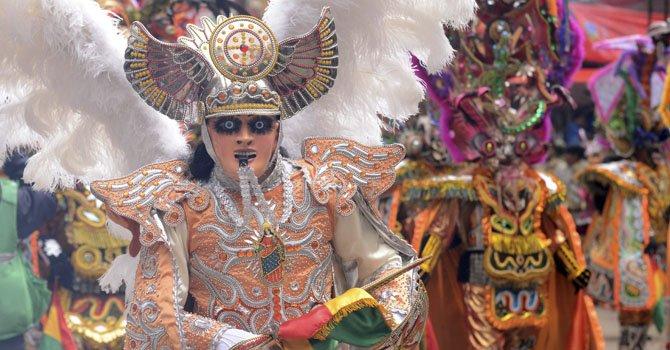 Un grupo de artistas se presenta el sábado 9 de febrero durante el Carnaval de Oruro, Bolivia, el más famoso de este país y que tiene rango de patrimonio cultural inmaterial de la humanidad.