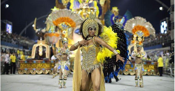 Integrantes de la escuela de samba del Grupo Especial Vai-Vai desfilan durante la celebración del carnaval en el Sambódromo de Anhembí, en Sao Paulo, Brasil.