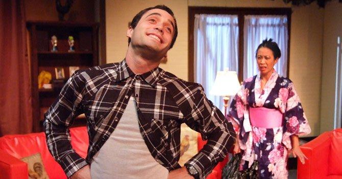 """Los actores Alex Valdivia (Sonny Villa) y Elizabeth Pan (Anita Sakai) durante una representación de la obra teatral """"I Don't Have To Show You No Stinking Badges"""", del dramaturgo y activista Luis Valdez."""
