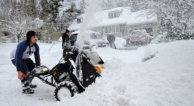 Edwin Velázquez limpia la nieve frente a su casa en Sea Cliff, Nueva York el sábado 9 de febrero.