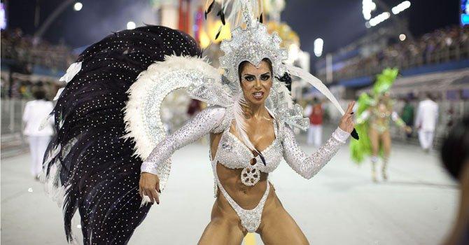Una integrante de la escuela de samba del Grupo Especial X-9 Paulistana desfila durante la celebración del carnaval en el Sambódromo de Anhembí, en Sao Paulo.