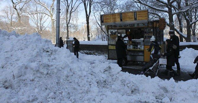 Tormenta de nieve deja al menos 10 muertos