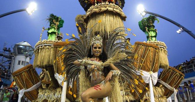 Una integrante de la escuela de samba del Grupo Especial 'Imperio da Casa Verde' durante el Carnaval brasileño en el sambódromo Anhembí, de Sao Paulo.