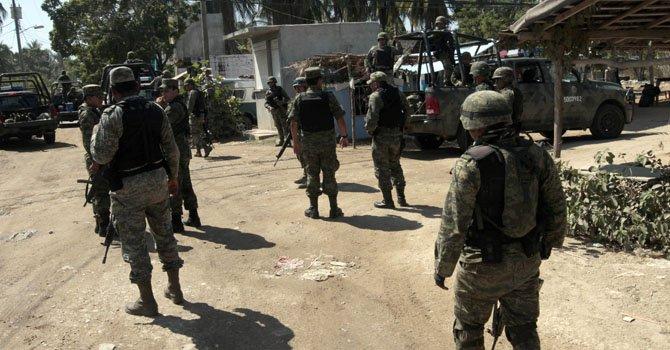 Agentes mexicanos realizan un operativo en la zona contigua al sitio donde ciudadanas españolas fueron violadas por varios desconocidos armados en la periferia de la ciudad de Acapulco.