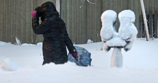 Una mujer camina en la nieve el sábado 9 de febrero en Connecticut.