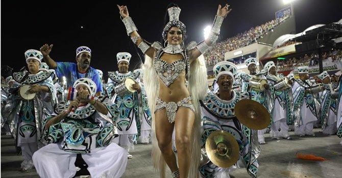 Miembros de la escuela de samba União da Ilha do Governador desfilan el domingo 10 de febrero en el sambódromo de Río de Janeiro, Brasil.