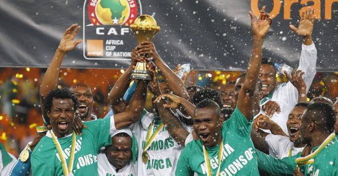Los jugadores de la selección de Nigeria celebran el título de la Copa de África de Naciones después de vencer a Burkina Faso en la final del  Soccer City Stadium en Johannesburgo, Sudáfrica, el domingo 10 de febrero.