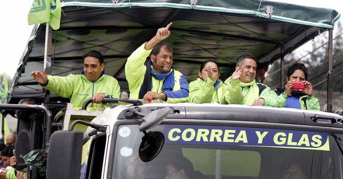 El presidente de Ecuador, Rafael Correa (segundo de izquierda), candidato a la reelección, participa el sábado 9 de febrero, en un acto de campaña en Quito, Ecuador.