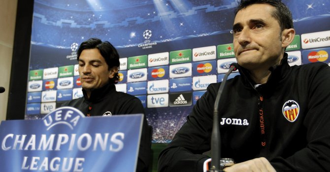 El entrenador del Valencia CF, Ernesto Valverde (der.), y el jugador portugués Tino Costa , durante la rueda de prensa que ofreció el club el lunes 11, previa al partido contra el Paris Saint Germain.