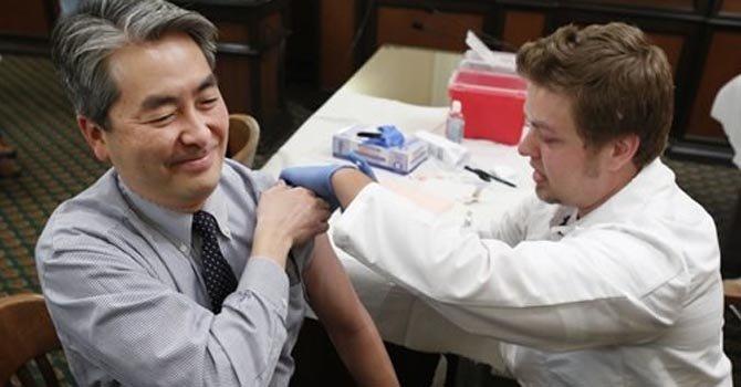 El legislador por California Al Muratsuchi, el 28 de enero, al recibir la vacuna.