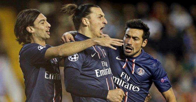 El delantero argentino del Paris Saint Germain, Ezequiel Lavezzi (der.), celebra con sus compañeros Zlatan Ibrahimovic (centro), y el argentino Javier Matías Pastore el primer gol ante el Valencia, el martes 12.