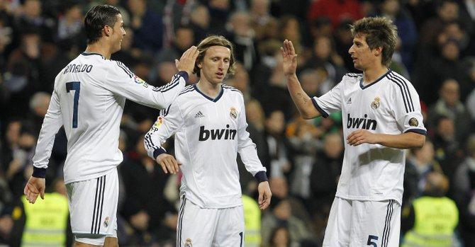 El delantero portugués del Real Madrid, Cristiano Ronaldo (izq.), marcó dos goles al Barcelona en su sede del Camp Nou para meter a su club en la final de la Copa del Rey.