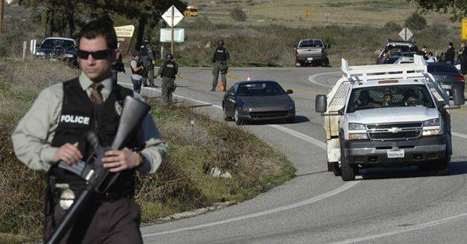 Policías participan el martes 12 de febrero en la persecución de un ex policía prófugo de la justicia, en la zona de Big Bear, California.