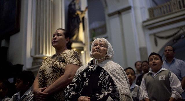 Varias personas asisten hoy, miércoles 13 de febrero a una misa por el Miércoles de Ceniza, en la iglesia Santo Domingo en Ciudad de Guatemala.