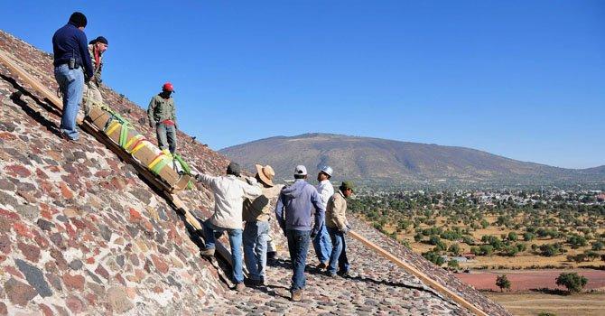 Dos estelas de piedra verde halladas por arqueólogos del INAH en la cúspide de la Pirámide del Sol en Teotihuacán, a unos 50 kilómetros de la capital mexicana, donde además fue localizada una escultura de Huehuetéotl, dios viejo o del fuego.