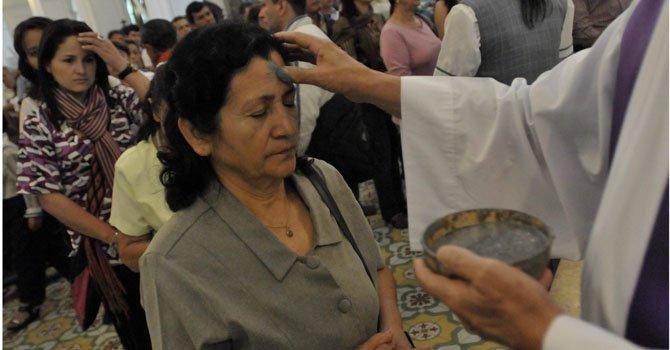 En el área metropolitana cientos de latinos irán a las iglesias a la imposición de la ceniza el miércoles 13 de febrero en lo que marca el inicio de la Cuaresma.