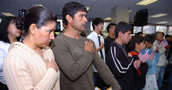Una familia mexicana juramenta la ciudadania estadounidense en una ceremonia en Los Ángeles.